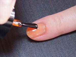 爪の半分から上にオレンジを塗る