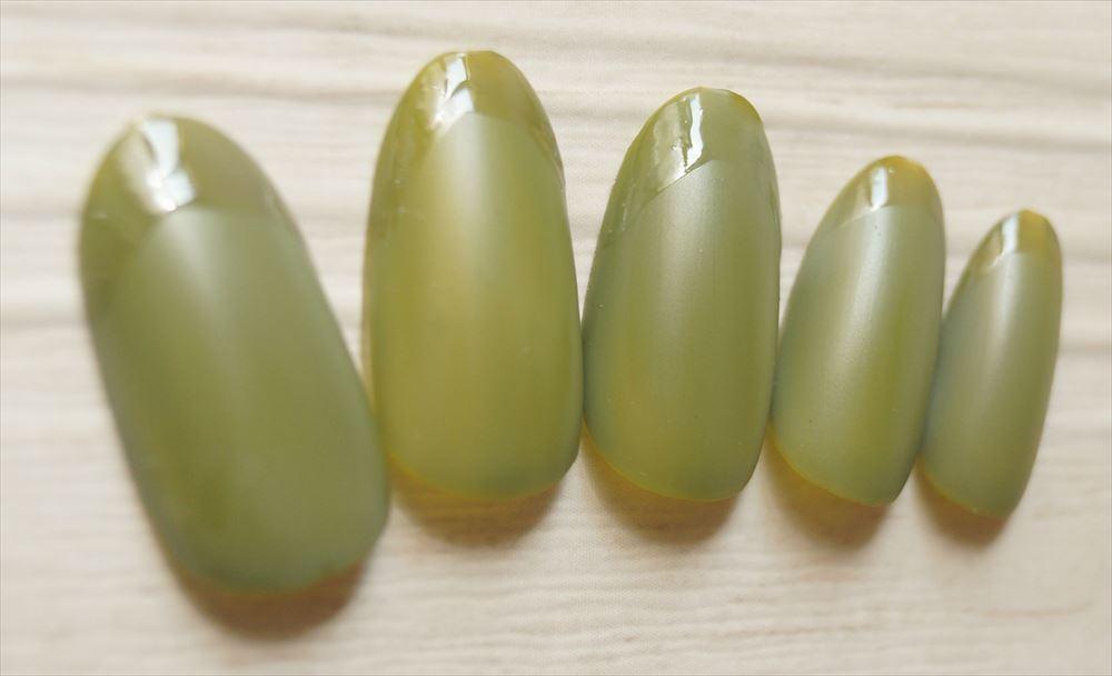 オリーブグリーンのツヤフレンチ