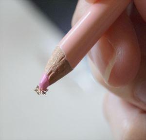 色鉛筆にネイルパーツをくっつける