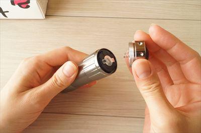 LEDコンパクトライトに電池を入れる