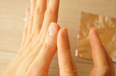 爪周囲の皮膚にハンドクリームを塗る