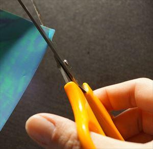 パールカラーの折り紙をカットする